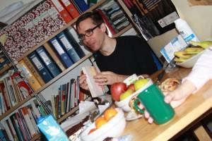 Karol Mojkowski pokazuje zeszyt z kontaktami
