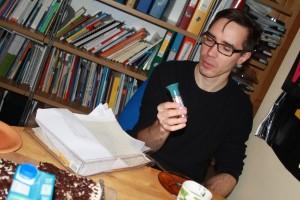 Karol Mojkowki pokazuje latarkę