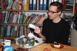 Karol Mojkowki pokazuje piankę do golenia