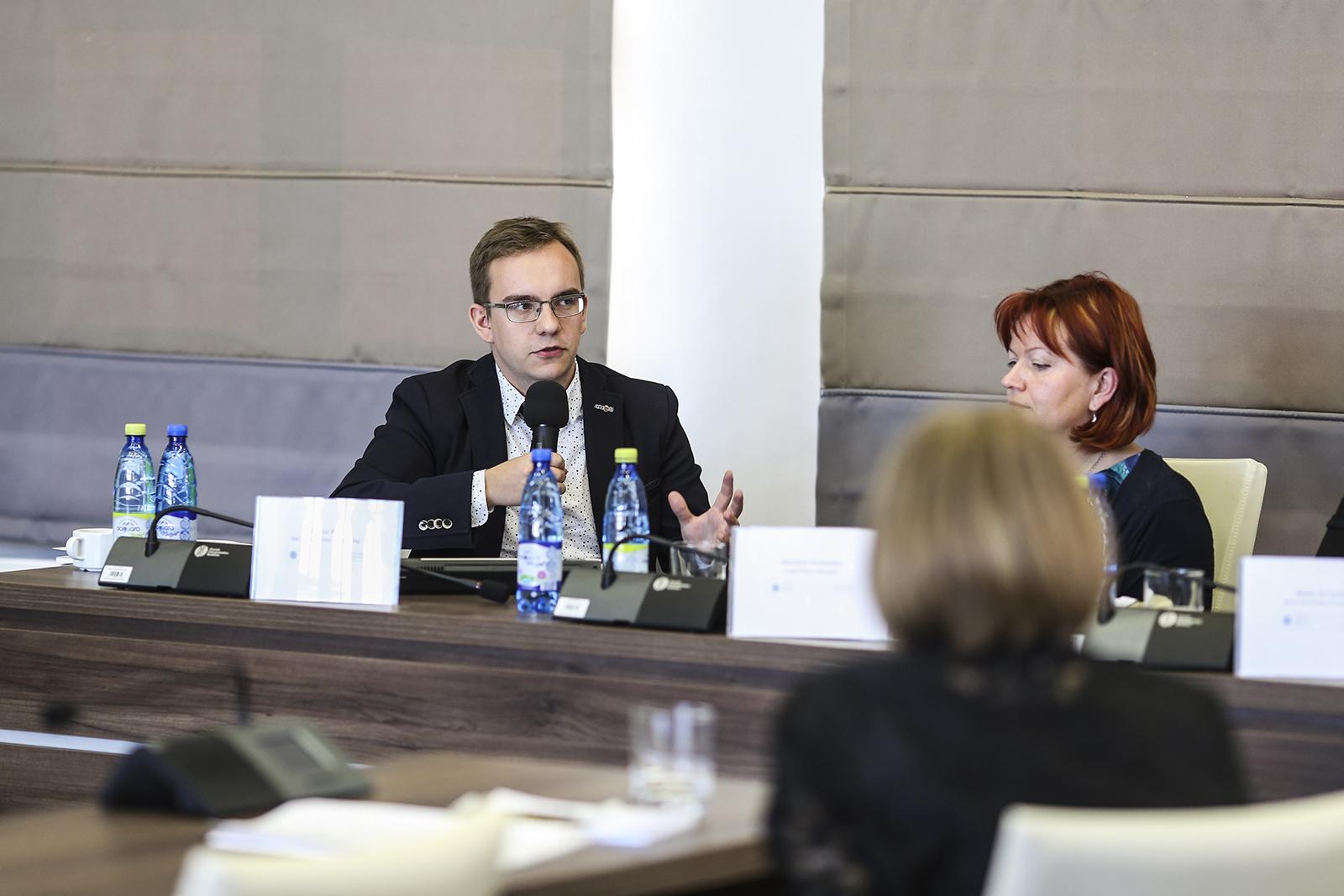"""Bartosz Wilk podczas konferencji """"Monitoring praw uczniowskich w szkołach obszaru nadwiślańskiego""""."""
